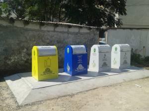 Punct de colectare a deșeurilor, cu containere îngropate