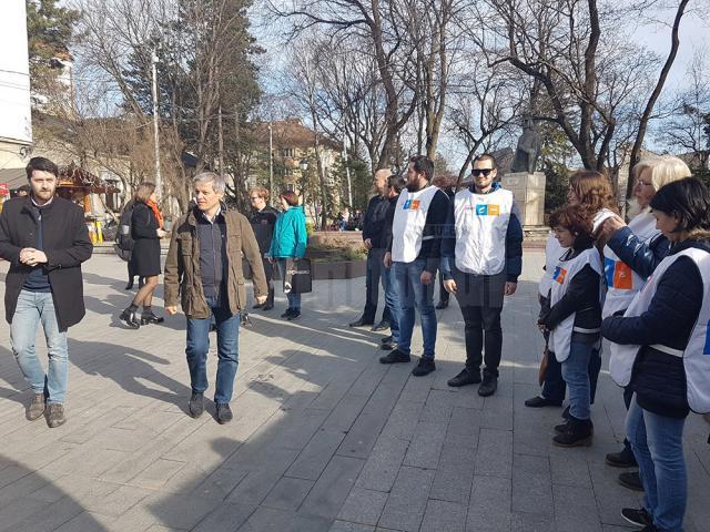 Dacian Cioloș și echipa sa, la întâlnirea cu membrii comunității locale