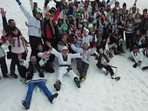 """Iubitorii sporturilor de iarnă au răspuns invitației organizatorilor evenimentului """"Ia-ți cămeșa și bundița/ Hai la schi pe Veverița"""""""