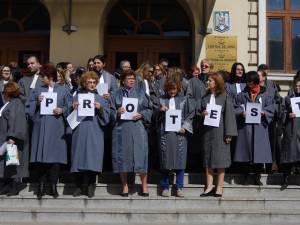 Aproape o sută de grefieri de la instanţele şi parchetele din Suceava au întrerupt activitatea
