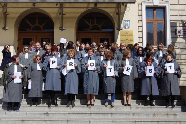 Aproape 100 de grefieri de la instanţele şi parchetele din Suceava au protestat vineri în faţa Palatului de Justiţie