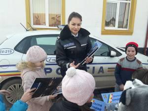 Ghiduri cu recomandări preventive, distribuite la întâlnirile polițiștilor cu elevii