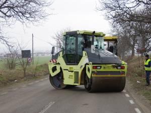 De ieri au început lucrările de reparaţii pe drumul Suceava - Dolhasca