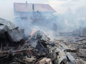 Flăcările au distrus o casă de locuit și anexele din jur