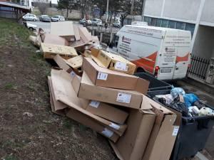 Cartoanele aruncate la gunoi de firma cu punct de lucru pe strada Universității