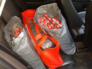 Ţigările au fost descoperite în trei sacoşe aflate pe bancheta din spate a maşinii