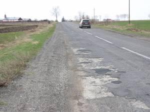 Drumul se prezintă prost pe multe porţiuni după intervenţia de anul trecut