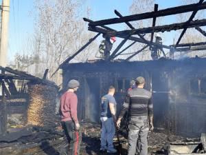În incendiu au fost distruse adăpostul de animale, magazia de furaje, precum și alte anexe ale gospodăriei