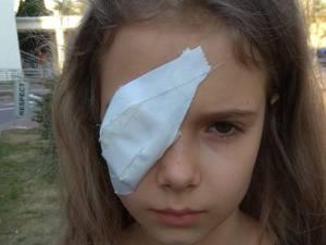 Fetița rănită la ochi