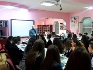În cadrul primei întâlniri, liceeenii l-au avut ca invitat pe scriitorul și redactorul-șef al ziarului Monitorul de Suceava, Tiberiu Avram