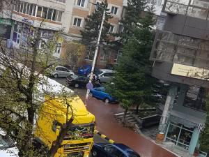 """Camion de mare tonaj, """"rătăcit"""" și blocat în centrul Sucevei"""