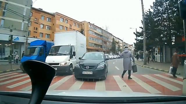 Şoferul a fost la un pas să accidenteze o femeie