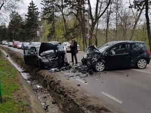 În urma coliziunii trei persoane au fost rănite
