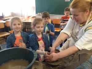 Elevii învață tainele olăritului, încondeierii ouălor și cioplitului lemnului, direct de la meșteri populari