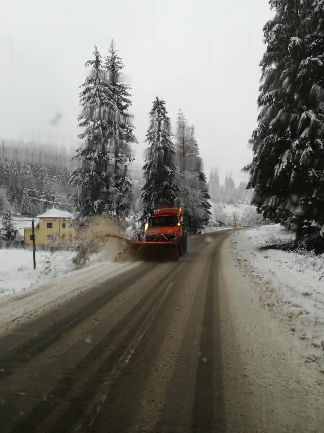 Drumarii  au intervenit cu utilaje pentru deszăpezire