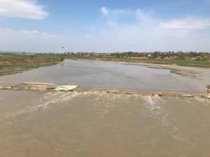 Podul provizoriu de peste râul Suceava, care face legătura între Udeşti şi Vereşti, de pe drumul judeţean 208D, a fost închis ca urmare a ploilor din ultima perioadă