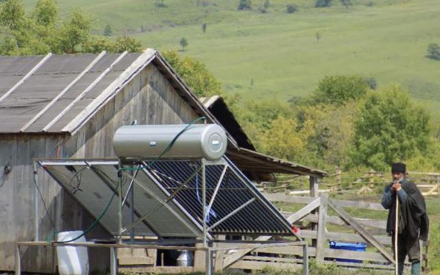 Panouri fotovoltaice pentru locuinţe izolate - Fot: Adevarul.ro
