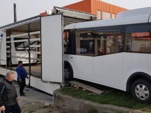 Primele autobuze electrice au fost descărcate din tiruri marți seara, pe o platformă industrială