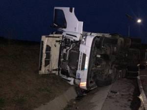 Accidentul s-a produs în zona de curbă strânsă, cel mai probabil din cauza neadaptării vitezei neadaptate şi a intrării în tangaj