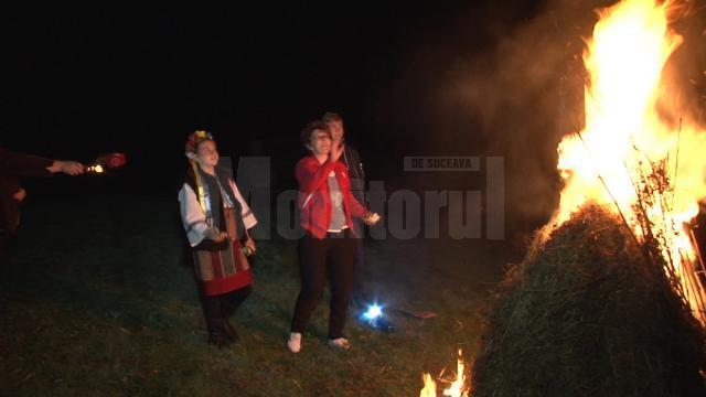 În Joia Mare, huțulii ies să încălzească moșul, pe ghido în limba huțulă, sau duhul pământului