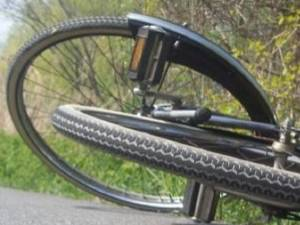 Un adolescent care traversa strada pe bicicletă a ajuns la spital după ce a fost accidentat de o maşină