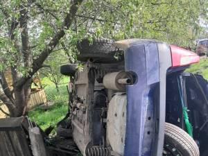 Autoturismul a zburat pur şi simplu în gardul pe care l-a distrus parţial