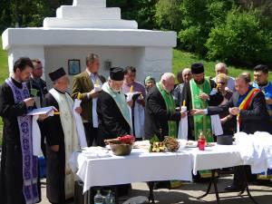 La Izvorul Tămăduirii din oraşul Liteni a avut loc vineri slujba de sfinţire a apei