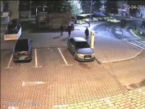 """Trei """"teribiliști"""" care au vandalizat coșurile de gunoi din Suceava, prinși în baza imaginilor video"""