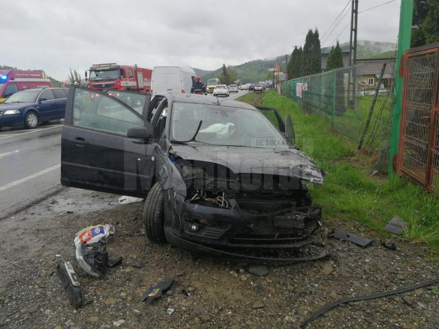 Autoturismul Ford care a pătruns pe contrasens, în accidentul de la Păltinoasa