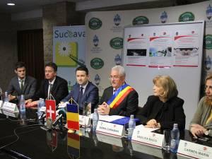 Delegația Federației Elvețiene (stânga) și cea a Guvernului României (dreapta), împreună cu primarul Sucevei, Ion Lungu, la finalul proiectului de 9,5 milioane de franci elvețieni