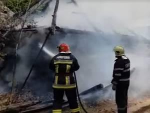 Gospodărie afectată de un incendiu izbucnit de la o ţigară aprinsă