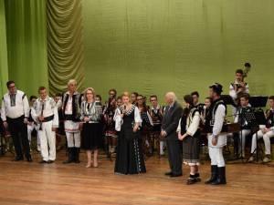 """Zeci de artişti din judeţele Suceava şi Botoşani au participat la întâlnirea-spectacol """"10 pentru folclor"""", la Botoşani"""