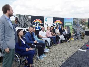 Conferință de presă în scaune cu rotile, ținută de Ștefan Mandachi și victime ale accidentelor rutiere, la primul metru de autostradă