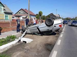 Maşina s-a răsturnat la marginea părţii carosabile