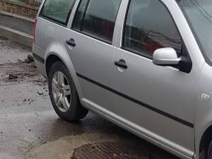 Ridicarea capacelor de canalizare de pe Bistriței, distrusă zilnic de cei care intră abuziv cu autovehiculele pe strada închisă circulației