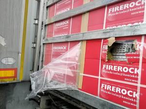 Cele două tiruri în care erau mii de baxuri cu țigări ucrainene ascunse, prin metoda capac, în coletele cu materiale de construcție