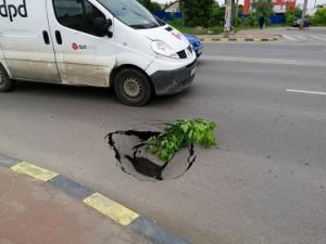 Groapa, formată pe marginea străzii, a fost iniţial semnalată de şoferi cu o ramură de copac, pentru a fi evitată