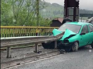 Autoturismul Opel a pătruns cu partea din față prin parapetul metalic, după ce şoferul a pierdut controlul asupra direcţiei