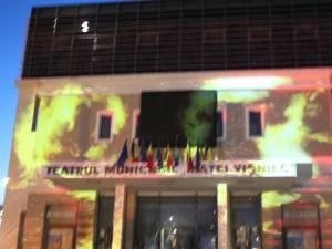 """Jocuri de lumini și umbre pe fațada Teatrului """"Matei Vișniec"""" Suceava"""