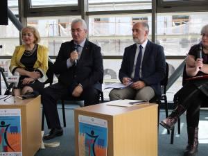 Conducerea teatrului Matei Vișniec și cea a Primăriei Suceava, alături de vicepreședintele Institutului Cultural Francez, Vincent Lorenzini