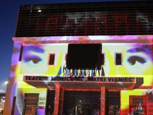 """Mapping - Jocuri de lumini și umbre pe fațada Teatrului """"Matei Vișniec"""" Suceava"""