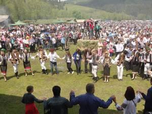 Mii de gospodari au dansat hora de altădată din Bucovina