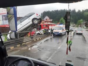 Mașina a lovit un parapet metalic de protecţie, iar apoi a rămas suspendată într-o poziţie care sfida
