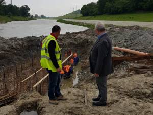 Lucrările la noul pod peste apa Sucevei, verificate de primarul Ion Lungu