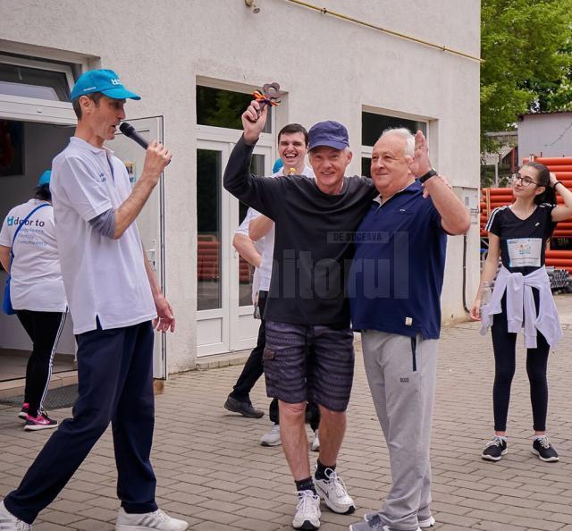 Predare ștafetă: Tătar Nistor (dreapta) - Peter Costea (stânga)
