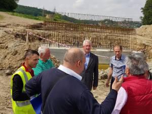 Lucrările de construire a unui nou pod peste râul Suceava, verificate în teren de primarul Ion Lungu