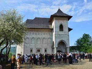 """Prima slujbă săvârşită în Biserica """"Acoperământul Maicii Domnului"""" din Vicovu de Sus"""