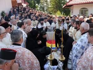 În jurul familiei îndoliate au stat, în semn de alinare, preoţii numeroşi prezenţi la înmormântare