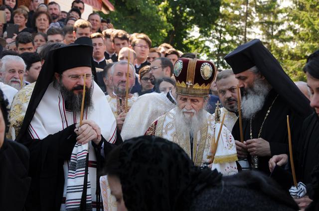 Înalte fețe bisericesti, în frunte cu IPS Pimen, la înmormântarea din Dolhasca