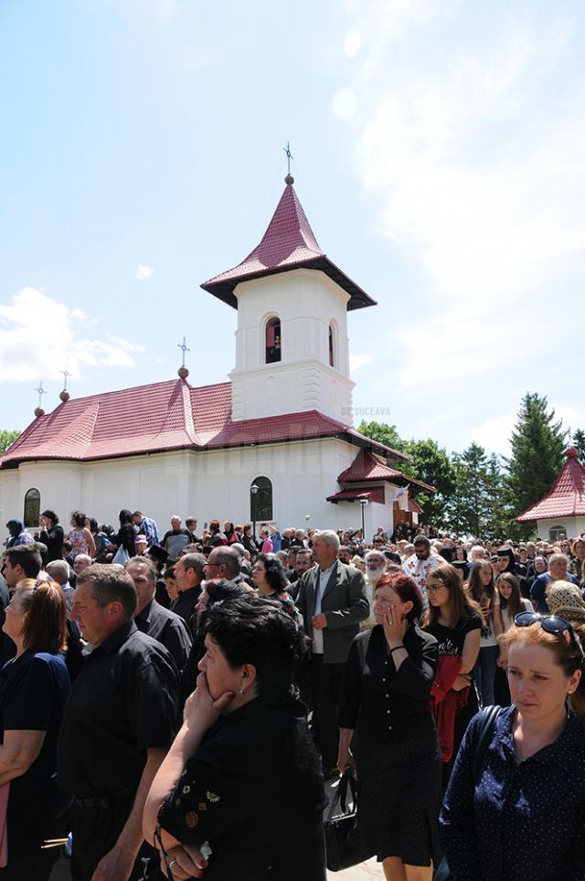 """O mare de oameni adunaţi în curtea Bisericii """"Învierea Domnului"""" din Dolhasca, la înmormântarea părintelui Ghoerghe Saftiuc"""